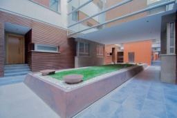 Территория. Испания, Гранада : Элегантная четырехкомнатная квартира с бассейном, садом и кондиционером в Гранаде, в 1 км от парка развлечений Parque de las Ciencias и в 3 км от центра города, 3 спальни, 2 ванные, бесплатный Wi-Fi.