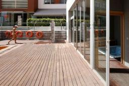 Зона отдыха у бассейна. Испания, Гранада : Элегантная четырехкомнатная квартира с бассейном, садом и кондиционером в Гранаде, в 1 км от парка развлечений Parque de las Ciencias и в 3 км от центра города, 3 спальни, 2 ванные, бесплатный Wi-Fi.