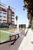 Вид на виллу/дом снаружи. Испания, Гранада : Элегантная четырехкомнатная квартира с бассейном, садом и кондиционером в Гранаде, в 1 км от парка развлечений Parque de las Ciencias и в 3 км от центра города, 3 спальни, 2 ванные, бесплатный Wi-Fi.