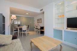 Гостиная / Столовая. Испания, Гранада : Элегантная четырехкомнатная квартира с бассейном, садом и кондиционером в Гранаде, в 1 км от парка развлечений Parque de las Ciencias и в 3 км от центра города, 3 спальни, 2 ванные, бесплатный Wi-Fi.