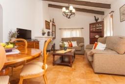 Гостиная / Столовая. Испания, Cант-Висенц : Уединенная вилла в окружении лесного массива, гостиная, 3 спальни, 2 ванных комнаты, Wi-Fi, бесплатный пятиместный автомобиль