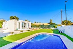 Вид на виллу/дом снаружи. Испания, Альфас-дель-Пи : Современная вилла в стиле бунгало с собственным бассейном, находится в городе Альфас-дель-Пи, имеет 3 спальни и 1 ванную комнату