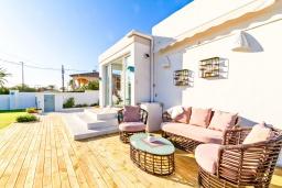 Терраса. Испания, Альфас-дель-Пи : Современная вилла в стиле бунгало с собственным бассейном, находится в городе Альфас-дель-Пи, имеет 3 спальни и 1 ванную комнату