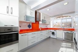 Кухня. Испания, Альфас-дель-Пи : Просторный и современный таунхаус в уютной урбанизации Эль Тоссалет, с 4 спальнями, 2 ванными комнатами, с видом на море и горы