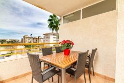 Терраса. Испания, Альфас-дель-Пи : Уютный комфортабельные апартаменты, расположенные в 450 метрах от пляжа, имеют 3 спальни и 2 ванные комнаты, с балкона открывается вид на на горы и на Альбир