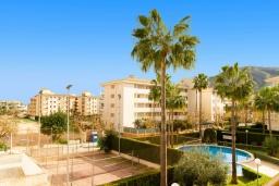 Вид на виллу/дом снаружи. Испания, Альфас-дель-Пи : Уютный комфортабельные апартаменты, расположенные в 450 метрах от пляжа, имеют 3 спальни и 2 ванные комнаты, с балкона открывается вид на на горы и на Альбир