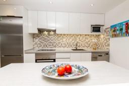 Студия (гостиная+кухня). Испания, Альфас-дель-Пи : Уютный комфортабельные апартаменты, расположенные в 450 метрах от пляжа, имеют 3 спальни и 2 ванные комнаты, с балкона открывается вид на на горы и на Альбир