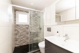 Ванная комната. Испания, Альфас-дель-Пи : Уютный комфортабельные апартаменты, расположенные в 450 метрах от пляжа, имеют 3 спальни и 2 ванные комнаты, с балкона открывается вид на на горы и на Альбир