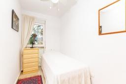 Спальня 2. Испания, Альфас-дель-Пи : Уютный комфортабельные апартаменты, расположенные в 450 метрах от пляжа, имеют 3 спальни и 2 ванные комнаты, с балкона открывается вид на на горы и на Альбир