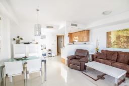 Гостиная / Столовая. Испания, Мучамель : Просторная светлая квартира с 3 спальнями, 2 ванными комнатами и общи бассейном, оборудована кондиционером, стиральной машиной, посудомоечной машиной и WIFI