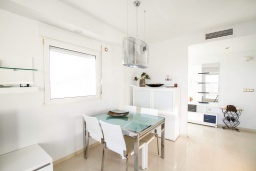 Обеденная зона. Испания, Мучамель : Просторная светлая квартира с 3 спальнями, 2 ванными комнатами и общи бассейном, оборудована кондиционером, стиральной машиной, посудомоечной машиной и WIFI