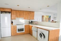 Кухня. Испания, Мучамель : Просторная светлая квартира с 3 спальнями, 2 ванными комнатами и общи бассейном, оборудована кондиционером, стиральной машиной, посудомоечной машиной и WIFI