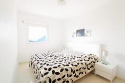 Спальня. Испания, Мучамель : Просторная светлая квартира с 3 спальнями, 2 ванными комнатами и общи бассейном, оборудована кондиционером, стиральной машиной, посудомоечной машиной и WIFI