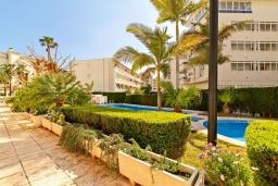 Вид на виллу/дом снаружи. Испания, Альфас-дель-Пи : Небольшая уютная квартира, расположенная недалеко от пляжа, с 2 спальнями, 2 ванными комнатами, частной парковкой в гараже и террасой с видом на на горы и Средиземное море.