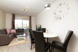 Гостиная / Столовая. Испания, Альфас-дель-Пи : Небольшая уютная квартира, расположенная недалеко от пляжа, с 2 спальнями, 2 ванными комнатами, частной парковкой в гараже и террасой с видом на на горы и Средиземное море.