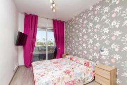 Спальня. Испания, Альфас-дель-Пи : Небольшая уютная квартира, расположенная недалеко от пляжа, с 2 спальнями, 2 ванными комнатами, частной парковкой в гараже и террасой с видом на на горы и Средиземное море.