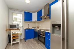 Кухня. Испания, Альфас-дель-Пи : Небольшая уютная квартира, расположенная недалеко от пляжа, с 2 спальнями, 2 ванными комнатами, частной парковкой в гараже и террасой с видом на на горы и Средиземное море.