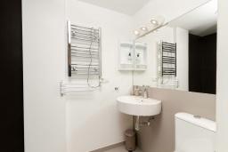 Ванная комната. Испания, Альфас-дель-Пи : Небольшая уютная квартира, расположенная недалеко от пляжа, с 2 спальнями, 2 ванными комнатами, частной парковкой в гараже и террасой с видом на на горы и Средиземное море.
