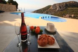 Зона отдыха у бассейна. Испания, Хавеа : Потрясающая и современная вилла, расположенная на самом востребованном месте побережья Коста-Бланки