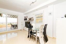 Гостиная / Столовая. Испания, Мучамель : Светлая и просторная квартира расположена всего в паре минут езды от уютного городка Мучамель, имеет 3 спальни, 2 ванные комнаты и террасу на крыше с видом на Средиземное море