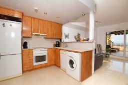 Кухня. Испания, Мучамель : Светлая и просторная квартира расположена всего в паре минут езды от уютного городка Мучамель, имеет 3 спальни, 2 ванные комнаты и террасу на крыше с видом на Средиземное море
