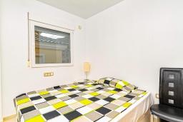 Спальня. Испания, Мучамель : Светлая и просторная квартира расположена всего в паре минут езды от уютного городка Мучамель, имеет 3 спальни, 2 ванные комнаты и террасу на крыше с видом на Средиземное море