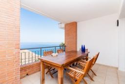 Обеденная зона. Испания, Торрокс : Чудесные апартаменты с общим и детским бассейнами, садом и крытой парковкой у моря в Торроксе, 2 спальни, 2 ванные комнаты, Wi-Fi.