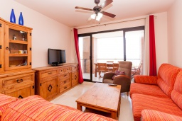 Гостиная / Столовая. Испания, Торрокс : Чудесные апартаменты с общим и детским бассейнами, садом и крытой парковкой у моря в Торроксе, 2 спальни, 2 ванные комнаты, Wi-Fi.