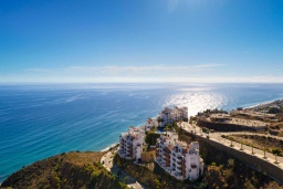 Вид на виллу/дом снаружи. Испания, Торрокс : Чудесные апартаменты с общим и детским бассейнами, садом и крытой парковкой у моря в Торроксе, 2 спальни, 2 ванные комнаты, Wi-Fi.