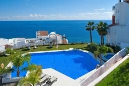 Бассейн. Испания, Торрокс : Чудесные апартаменты с общим и детским бассейнами, садом и крытой парковкой у моря в Торроксе, 2 спальни, 2 ванные комнаты, Wi-Fi.