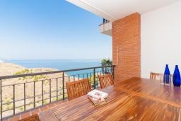 Терраса. Испания, Торрокс : Чудесные апартаменты с общим и детским бассейнами, садом и крытой парковкой у моря в Торроксе, 2 спальни, 2 ванные комнаты, Wi-Fi.