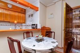 Кухня. Испания, Ориуэла  : Изящный таунхаус со всеми удобствами, расположенный в Ориуэле, недалеко от пляжа Кабо Роиг, 2 спальни, 2 ванные комнаты и терраса на крыше, оборудован кондиционерами по всему дому