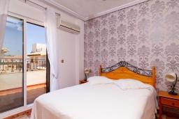 Спальня. Испания, Ориуэла  : Изящный таунхаус со всеми удобствами, расположенный в Ориуэле, недалеко от пляжа Кабо Роиг, 2 спальни, 2 ванные комнаты и терраса на крыше, оборудован кондиционерами по всему дому