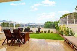 Терраса. Испания, Альбир : Прекрасная двухэтажная квартира расположенная на вершине Альбир Хиллз, c современным светлым интерьером, с 3 спальнями, 3 ванными комнатами и общим бассейном