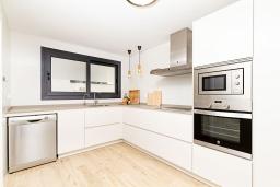 Кухня. Испания, Альбир : Прекрасная двухэтажная квартира расположенная на вершине Альбир Хиллз, c современным светлым интерьером, с 3 спальнями, 3 ванными комнатами и общим бассейном