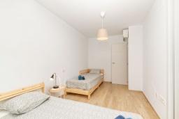 Спальня. Испания, Альбир : Прекрасная двухэтажная квартира расположенная на вершине Альбир Хиллз, c современным светлым интерьером, с 3 спальнями, 3 ванными комнатами и общим бассейном