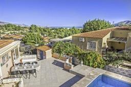 Вид. Испания, Ла-Нусия : Просторная красивая вилла расположена в городе Ла-Нусия, имеет 4 спальни, 2 ванные комнаты, частный бассейн и террасу на крыше с великолепным видом на Альбир и Средиземное море