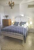 Спальня. Испания, Ла-Нусия : Просторная красивая вилла расположена в городе Ла-Нусия, имеет 4 спальни, 2 ванные комнаты, частный бассейн и террасу на крыше с великолепным видом на Альбир и Средиземное море