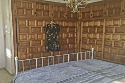 Спальня 4. Испания, Ла-Нусия : Просторная красивая вилла расположена в городе Ла-Нусия, имеет 4 спальни, 2 ванные комнаты, частный бассейн и террасу на крыше с великолепным видом на Альбир и Средиземное море