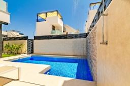 Бассейн. Испания, Бенихофар : Красивая частная вилла с собственным бассейном, с 3 спальнями и 3 ванными комнатами, расположена в небольшом городке Бенихофар, оборудована кондиционерами и WiFi