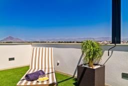 Терраса. Испания, Бенихофар : Красивая частная вилла с собственным бассейном, с 3 спальнями и 3 ванными комнатами, расположена в небольшом городке Бенихофар, оборудована кондиционерами и WiFi