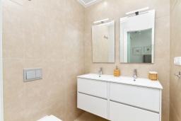 Ванная комната. Испания, Бенихофар : Красивая частная вилла с собственным бассейном, с 3 спальнями и 3 ванными комнатами, расположена в небольшом городке Бенихофар, оборудована кондиционерами и WiFi