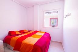 Спальня. Испания, Мучамель : Светлая и просторная квартира расположена в паре минут езды от прекрасного города Мучамель, 3 спальни, 1 ванная комната, терраса на крыше с видом на море