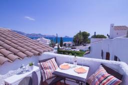 Вид на море. Испания, Альбир : Яркий и свежий таунхаус, идеально расположен в одном квартале от центра города Плайя-дель-Альбир и всего в 2 минутах ходьбы от пляжа, имеет 2 спальни, ванная комната, терраса на крыше с видом на Средиземное море и общий бассейн