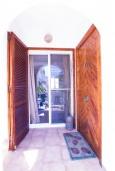 Вход. Испания, Альбир : Яркий и свежий таунхаус, идеально расположен в одном квартале от центра города Плайя-дель-Альбир и всего в 2 минутах ходьбы от пляжа, имеет 2 спальни, ванная комната, терраса на крыше с видом на Средиземное море и общий бассейн