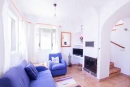 Гостиная / Столовая. Испания, Альбир : Яркий и свежий таунхаус, идеально расположен в одном квартале от центра города Плайя-дель-Альбир и всего в 2 минутах ходьбы от пляжа, имеет 2 спальни, ванная комната, терраса на крыше с видом на Средиземное море и общий бассейн