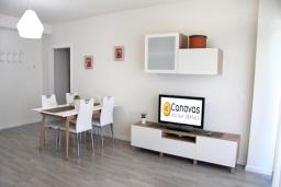 Гостиная / Столовая. Испания, Гранада : Чудесная трехкомнатная квартира с бассейном, террасой и кондиционером в Гранаде, в 5 минутах езды от парка развлечений Parque de Las Ciencias, 3 спальни, 2 ванные комнаты, детская площадка,Wi-Fi