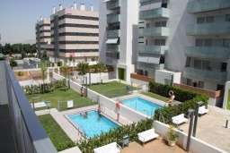 Зона отдыха у бассейна. Испания, Гранада : Чудесная трехкомнатная квартира с бассейном, террасой и кондиционером в Гранаде, в 5 минутах езды от парка развлечений Parque de Las Ciencias, 3 спальни, 2 ванные комнаты, детская площадка,Wi-Fi