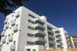 Вид на виллу/дом снаружи. Испания, Гранада : Чудесная трехкомнатная квартира с бассейном, террасой и кондиционером в Гранаде, в 5 минутах езды от парка развлечений Parque de Las Ciencias, 3 спальни, 2 ванные комнаты, детская площадка,Wi-Fi