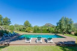 Зона отдыха у бассейна. Испания, Капдепера : Впечатляющая вилла с бассейном и садом